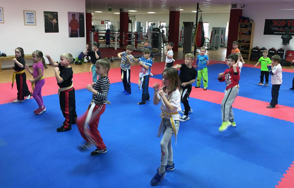 Jungen und Mädchen trainieren gemeinsam